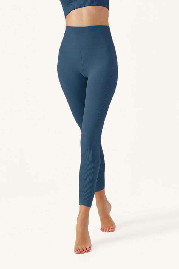 mulher a usar leggins azuis da women's Secret