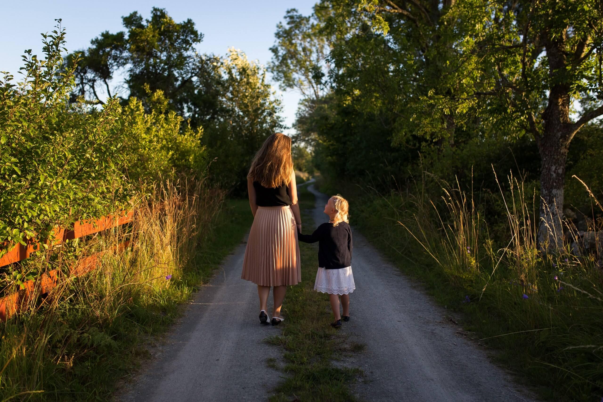 mãe e filha a passear pelo campo