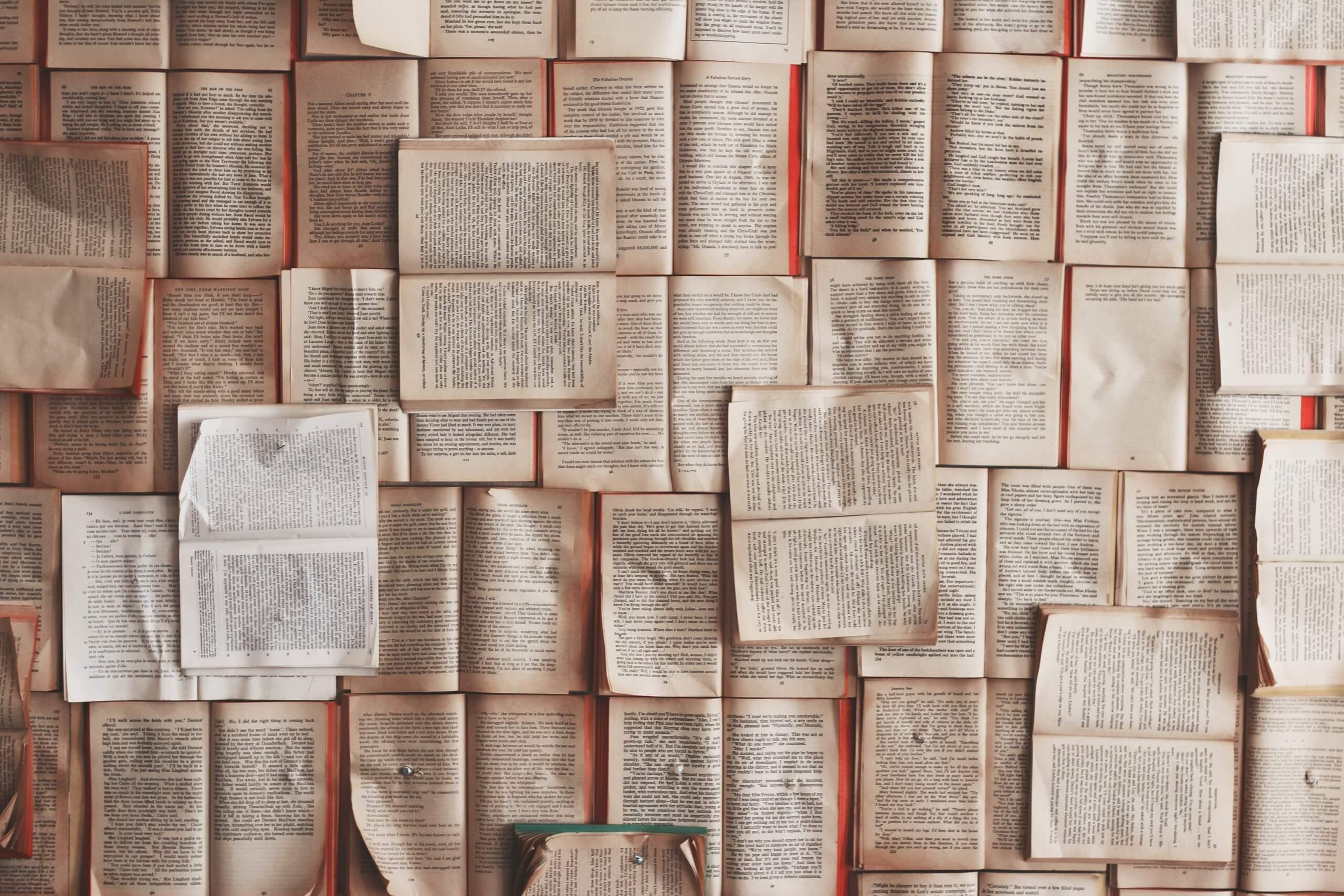 vários livros abertos pousados no chão