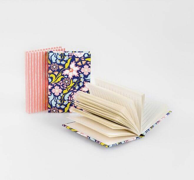 mini-caderno colorido com padrão da Natura